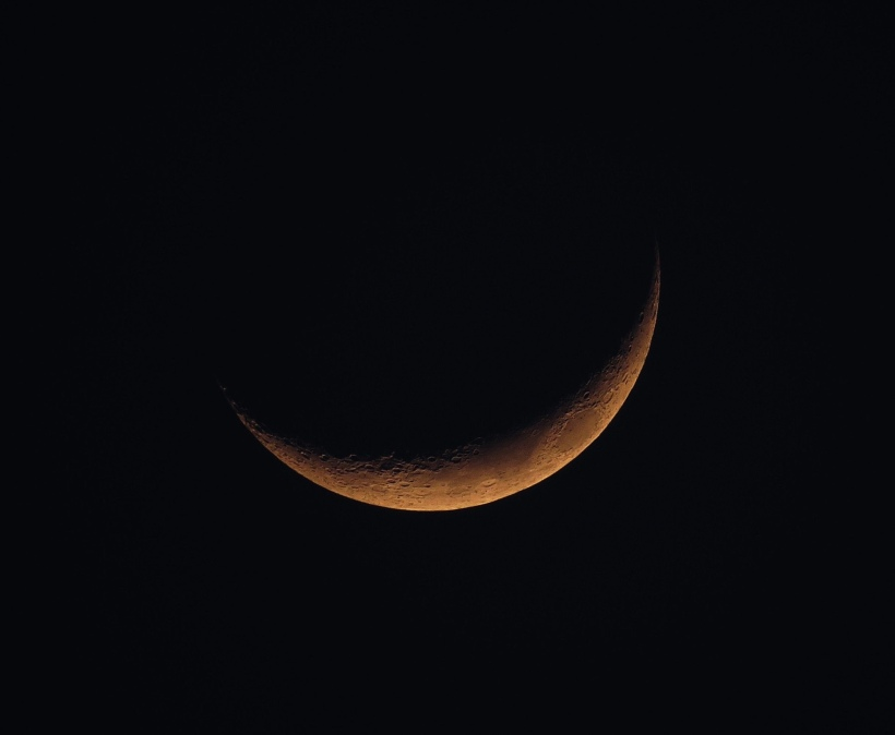 A picture of a sliver of a moon.